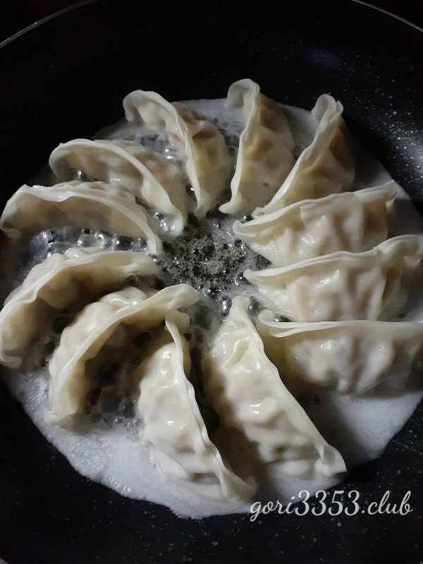 大阪王将の冷凍餃子の焼き方やってみた。フタなしで簡単。