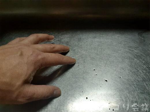 シンクで手についたにんにく臭を取る