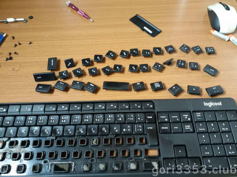 分解途中のロジクールキーボード